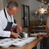 Une présentation de La Villa des Chefs par Karine Lauthier sa directrice à travers le «  petit pois », cours de cuisine avec Michel Portos, Chef de l'année 2012 Gault&Millau.